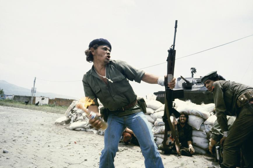 Meiselas, Susan. 1979. Nicaragua. «Sandinistas at the Walls of the Esteli National Guard Headquarters»