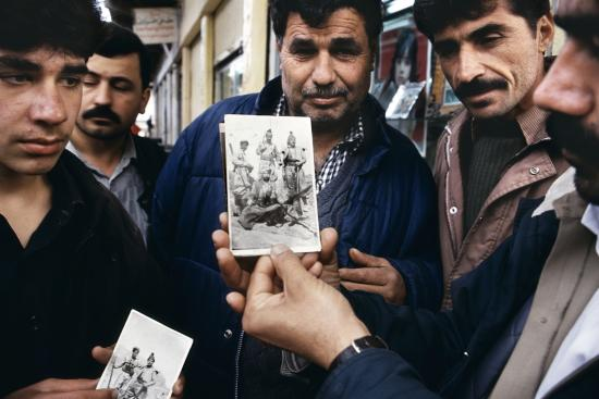 Fig. 4: Meiselas, Susan. 1991. «Jamal Kader Osman shows a picture he carries of himself as a Peshmerga fighter from the 1963 rebellion»
